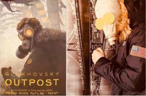 """Na zdjęciu, po lewej stronie oryginalna okładka książki """"Outpost"""" przedstawiająca mężczyznę w masce przeciwgazowej i zimowej kurtce. Po prawej stronie wierne odtworzenie okładki przez ucznia Bartosza Chmieleckiego."""