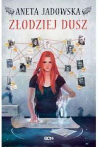 """Na zdjęciu oryginalna okładka książki """"Złodziej dusz"""": na pierwszym planie młoda kobieta używająca nadprzyrodzonych mocy. W tle fotografie zaginionych osób."""