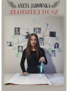 """Na zdjęciu wierne odtworzenie okładki """"Złodziej dusz"""" przez uczennicę Oliwię Błaszczak."""