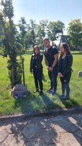 Zdjęcie przedstawia uczniów ZSE, którzy chwilą zadumy uczcili pamięć ofiar sowieckich oprawców.